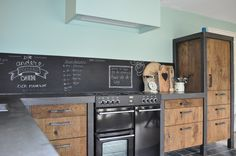Stoere houten keuken met Belling fornuis. Kitchen Rules, Old Kitchen, Rustic Kitchen Design, Kitchen Interior, Colorful Interiors, Home And Living, Interior Decorating, Sweet Home, New Homes