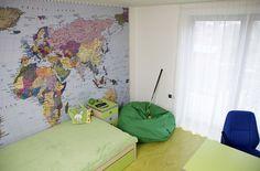 Dětské pokoje jsou zařízeny nábytkem z barevně lakovaných MDF desek a mají praktické podlahy z marmolea. Děti si je vyzdobily podle vlastní fantazie.