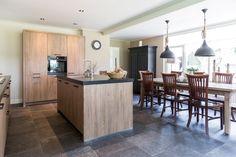 Mooie landelijke woonkamer met een mooie keramische houtlookvloer en ...