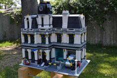 Ever since I got the Fire Brigade, I've wanted a modular police station. Sure, the City theme seems to put them out every other week, and they all seem to...