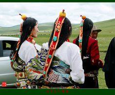 Traditionally dressed Kamba Tibetan women. Photo taken at a festival held in Yushu, Longbao, Qinghai Province, in 2009 | © 加贝夫人 摄影