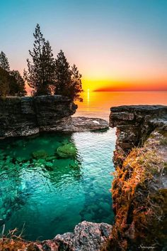 nature beautiful scenery The crystal clear water of Lake Michigan at Cave Point Park at sunrise. Beautiful World, Beautiful Places, Beautiful Pictures, Beautiful Scenery, Landscape Photography, Nature Photography, Photography Tips, Photography Courses, Beautiful Sunrise
