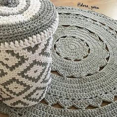 Conjunto lindooo..para quem ama cinza.. #crochet #croche #handmade #cesto #fiodemalha #feitocomamor #feitoamao #trapilho #totora #knit #knitting #basket #decor #cachepo # #decoration #carpet #tapetecinza #decoracao  Por @dora_yarn