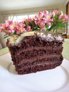 Bolo de chocolate em camadas com recheio de brigadeiro Cheesecakes, Chocolate Recipes, Chocolate Cake, Cupcake Cakes, Cupcakes, Truffles, Cake Recipes, Food And Drink, Pudding