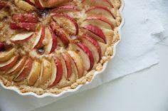 Lækker og nem æbletærte med marcipan smager så englene synger i kor og så er den nem at lave - få her opskrift på den skønne tærte med æble