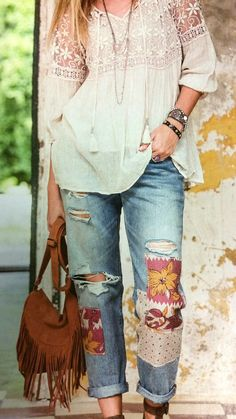 Free your inner hippie Jean Outfits, Cute Outfits, Boyfriend Jeans Outfit, Diy Jeans, Hippie Look, Embellished Jeans, Patched Jeans, Lace Tunic, Hippie Outfits
