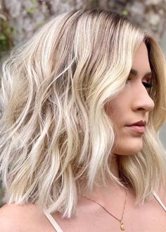 Easy Medium Haircuts for Thick Hair Women in 2020 Haircuts For Wavy Hair, Medium Bob Hairstyles, Haircut For Thick Hair, Medium Haircuts For Women, Medium Length Hairstyles, Choppy Haircuts, Layered Haircuts, Loose Hairstyles, Thick Hair Styles Medium