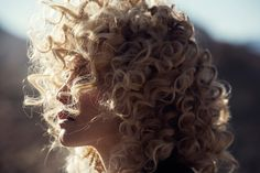 The blonde model wears a curly hairstyle Afro, Bob Hair, Beauty Makeup, Hair Beauty, Blonde Beauty, Blonde Model, Beauty Full, Beauty Book, Beauty Style