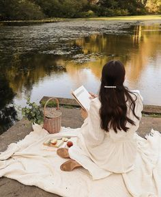 Shared by souha_sousou. Find images and videos on We Heart It - the app to get lost in what you love. Nature Aesthetic, Aesthetic Vintage, Aesthetic Photo, Aesthetic Girl, Aesthetic Pictures, Picnic Photography, Book Photography, Portrait Photography, Debut Photoshoot