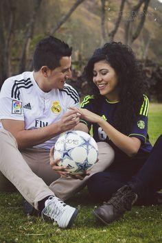Sesión de compromiso o preboda en el parque de Guapulo Quito Ecuador Gladys Dueñas fotografía, fotografía de bodas engagement shoots Futbol soccer weddingphotography love blackandwhitepics #destinationwedding