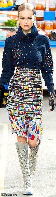 Bei Chanel geht es in diesem Herbst sportlich und bunt zu. Man beachte die kniehohen Schnürsneakers #boots #chanel #fall2014
