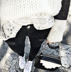 Maille duveteuse + dentelle = le bon mix (instagram Audrey Lombard)