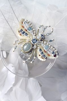 Bee brooch, Agija Rezcova https://www.etsy.com/shop/PurePearlBoutique