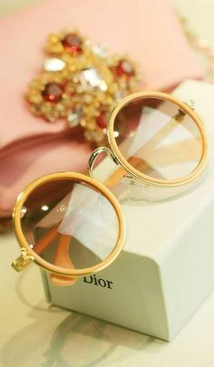 Chloé Carlina Collection has the exact same style of sunglasses versus this lovely Dior sunnies. Prom Accessories, Fashion Accessories, Ray Ban Sunglasses, Sunglasses Women, Dior Sunglasses, Summer Sunglasses, Sunglasses Outlet, Trending Sunglasses, Sports Sunglasses