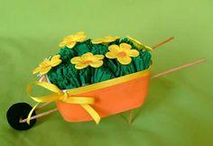 COMO FAZER CARRINHO DE MÃO RECICLANDO POTE DE MARGARINA  Uma dica para enfeitar mesas de trabalho, fazer lembrancinha de casamento, dia das mães, dia dos pais, dia da mulher e ajudar o meio ambiente. Felt Crafts, Diy Crafts, Crafts For Kids, Arts And Crafts, Spring Theme, Wheelbarrow, Art Club, Unicorn Party, Spring Crafts