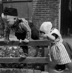 Kinderen met pinkster-klederdracht, Urk (1950-1960) #Urk