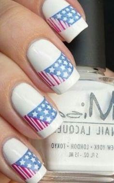 Paznokcie na każdą okazję – białe tło i amerykańska flaga | Wzorki na Paznokcie