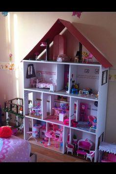 Quand on a demandé à notre fille ce qu'elle souhaitait pour ses 3 ans, elle nous a répondu des poupées ET une maison. On a alors cherché... Diy Dolls House Plans, Kids Doll House, Doll Home, Barbie Doll House, Barbie Dream House, Barbie Dolls, Dreamhouse Barbie, My Life Doll Stuff, Diy Barbie Furniture