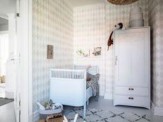 armario ropero antiguo recuperado, pintado en blanco, para un dormitorio infantil Kids Interior, Beautiful Bedrooms, Home, Scandinavian Home, Baby Room Decor, Interior, Kid Room Decor, Bow Window, Childrens Bedrooms