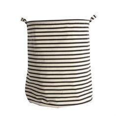 Den populära Stripes tvättkorg från House Doctor blir en snygg detalj i badrummet eller i tvättstugan. Den har en stilren design med klassiska ränder och passar de flesta hem och stilar. De praktiska handtagen är en fin detalj och gör det enkelt att bära med sig tvättsäcken till tvättmaskinen. Matcha gärna med andra badrumsartiklar från House Doctor.