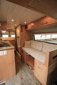 Fitz Roy – Freedom Vans 170 Sprinter Van Conversion - Comme un camion Van Conversion Interior, Camper Van Conversion Diy, Van Interior, Van Conversion With Bathroom, Van Conversion Plans, Diy Van Camper, Camper Hacks, Interior Design, Sprinter Camper