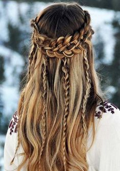 Check out these best hairstyles for holidays and party season in 2018. We've collected here unique long and short trendy hairstyles to show you right now. These are really awesome and best ideas for all women who love to visit different places.
