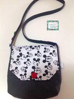 Bolsa confeccionada com tecidos nacionais e importado (Mickey Mose) quil livre e reto. Possui bolso interno e botões decorativos. <br> <br>Peça única.