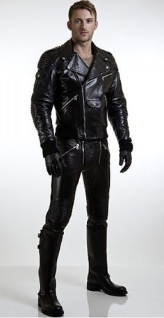 Men's Leather Jackets: How To Choose The One For You. A leather coat is a must for each guy's closet and is likewise an excellent method to express his individual design. Leather jackets never head out of styl Tight Leather Pants, Leather Gloves, Leather Men, Black Leather, Leather Jackets, Fashion Moda, Mens Fashion, Bike Leathers, Biker