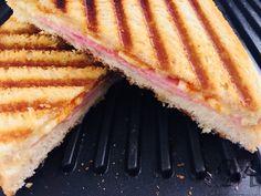 Frem med toasteren og så ellers smørsmurte toasts med skinke og ost ind i den. Husk at toastbrødet skal smøres på ydersiden. Prøv at smøre brødet på indersiden i lidt chilisauce, lidt dijonsennep eller lignende. Lidt syltede løg ville nok også passe fint.  Så er der selvfølgelig også cowboy-toasts men de må vente til en anden dag.   #ost #skinke #toastbrød