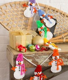 Festive Snowman Garland ~ easy ~ FREE CROCHET pattern ~ this would look cute on mantelpiece or in your tree!