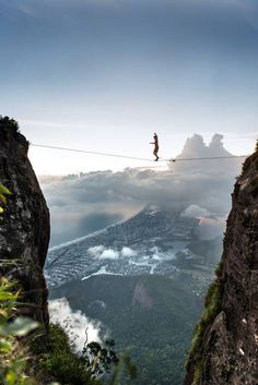 #BrianMosbaugh, do #MoabMonkeys, realiza manobras de #slackline na #PedradaGavea #RiodeJaneiro #Brasil Foto: The Grosby Group / The Grosby Group