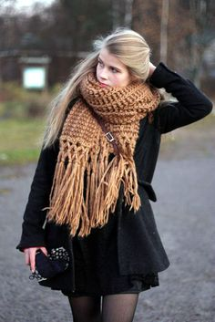 large scarf… Yes please.per the Ryan gosling meme, I look good in chunky knits… - Mvagustacheshire Fall Winter Outfits, Autumn Winter Fashion, Cozy Scarf, Blanket Scarf, Large Scarf, Style Me, Girl Fashion, Cute Outfits, Lady