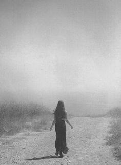 Bir kadın sizin için çabalıyorsa sıkılmayın, sarılın. Çünkü kadın inancını yitirdiğinde ipin ucunu bırakır.   ● İlhan Berk