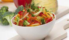Šalát z farebnej papriky s brokolicou Vegan V, Carrots, Vegetables, Food, Essen, Carrot, Vegetable Recipes, Meals, Yemek