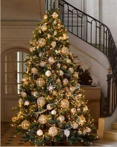 I don't usually go for monochromatic tree decorations, but I do love me some gold and green.