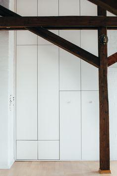 Skapet er plassbygd og har praktiske integrerte løsninger.
