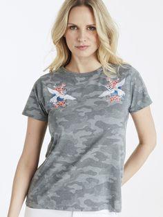Kortermet armymønstret t-skjorte med broderier på hver side av brystet.  Multi
