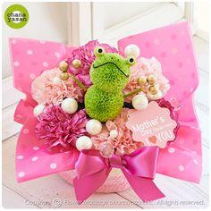 母の日に!ポンポンマム(菊の花)で出来たカエルのフラワーアレンジメント。Cute! An animal doll made with chrysanthemums.