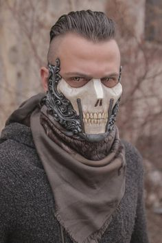 ▬THE RΛIDER▬ᴄʀᴇᴀᴛᴏʀ: IVAN KINGʏᴇᴀʀ: 2017Half face skull mask made in resin.Completely handmade and handpainted.One size only (standard male size).You can custom your colors!!Just write them in the note section of the purchase page!Feel free to contact me for any additional info.*It will take between four and six weeks for the mask to be made and to be shipped***IMPORTANT: in addition to your address, a valid phone number will be required for the courier service, PLEASE write it in the note…