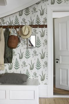 The wallpaper pattern Herba from Boråstapeter Herba from Falsterbo II is a white green light wallpaper in foliage plants style Fern Wallpaper, Pattern Wallpaper, Hallway Furniture, Farmhouse Lighting, Paper Houses, Hallway Decorating, How To Antique Wood, Gallery Wall, Wall Decor