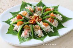 깻잎쌈 샐러드 한쌈씩 들고 먹어요.텃밭요리 : 네이버 블로그 Instant Pot Pressure Cooker, Desert Recipes, Food Plating, Caprese Salad, Green Beans, Sushi, Deserts, Vegetables, Cooking