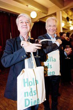 David Barnouw en Paul Witteman met hun Hollands Diep-goodiebag. ©Geert Snoeijer