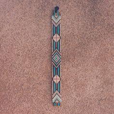 Ce bracelet Ruidoso Turquoise perle sur métier à tisser est une création de PuebloAndCo originale 100 % ; Je suis inspiré par tous les beaux Native et Latin American motifs que je vois autour de moi à Albuquerque, Nouveau-Mexique. Comme avec toutes mes pièces, j'ai créé il sur un métier à tisser de perle avec grand soin et attention aux détails. Remarque importante : S'il vous plaît mesurer votre poignet avant le placement de commande, pour assurer un ajustement adéquat. Ces bracelets ne…