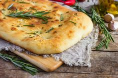 Ancient Greeks or Etruscans, as some say, gave us the basic recipe of focaccia bread. It is a yeasted flatbread that can be enjoyed plain or with toppings. Let's take a look at what exactly is focaccia bread :) Pan Focaccia, Ciabatta, Olive Oil Bread, Pellet Grill Recipes, Bread Appetizers, Flatbread Recipes, Quiches, Bread Baking, Olives