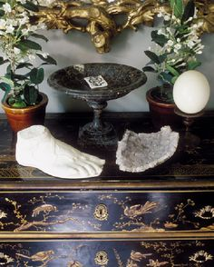 Objects d'art on a beautiful Chinoiserie chest - Jean-Louis Deniot
