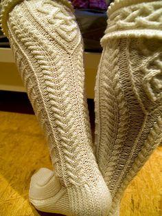 Ravelry: He' mo Leanan Kilt Hose pattern by Anne Carroll Gilmour Knitting Socks, Knitted Hats, Knitting Patterns, Crochet Patterns, Knitting Ideas, Kilt Socks, Cool Socks, Awesome Socks, Stockinette