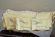 Regalo de CD, con la músca que suene durante la cena, envueltas en papel kraft y cordones de esparto personalizadas.