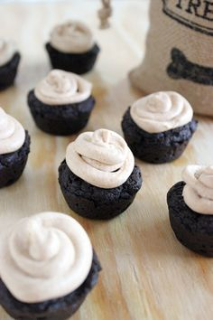 These carob pupcakes are made with carob powder, coconut oil and other yummy goodness, and then finished off with a peanut butter yogurt frosting! Your dogs will love them! Recipe via Lola The Pitty featured on Serena Faber Nelson Diy Dog Treats, Homemade Dog Treats, Healthy Dog Treats, Puppy Treats, Gourmet Dog Treats, Dog Cake Recipes, Dog Treat Recipes, Dog Food Recipes, Oreos