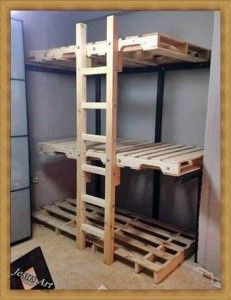 Triple lits superposés construit avec palettes 1