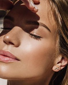 Care Tips That Everyone Should Know Perfect minimal makeup looks with a quick balm or gloss.Perfect minimal makeup looks with a quick balm or gloss. Summer Beauty, Summer Makeup, Make Makeup, How To Apply Makeup, Makeup Looks, Glossy Makeup, Smokey Eye Makeup, Sommer Make-up Looks, Minimal Makeup Look
